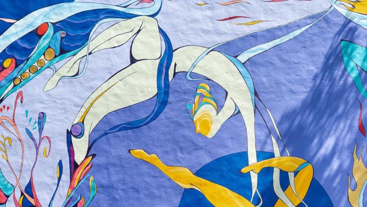 Fresque murale colorée représentant des acrobates.
