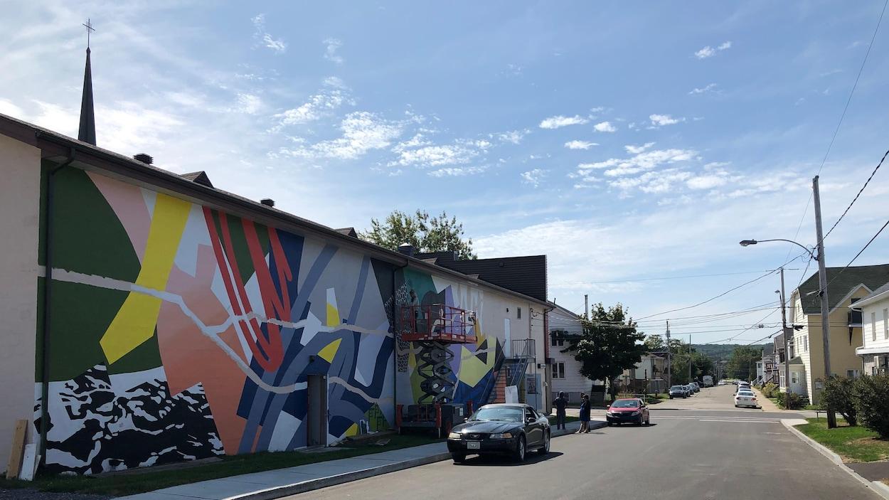 Murale et la rue Saint-Joseph O. à Rimouski.