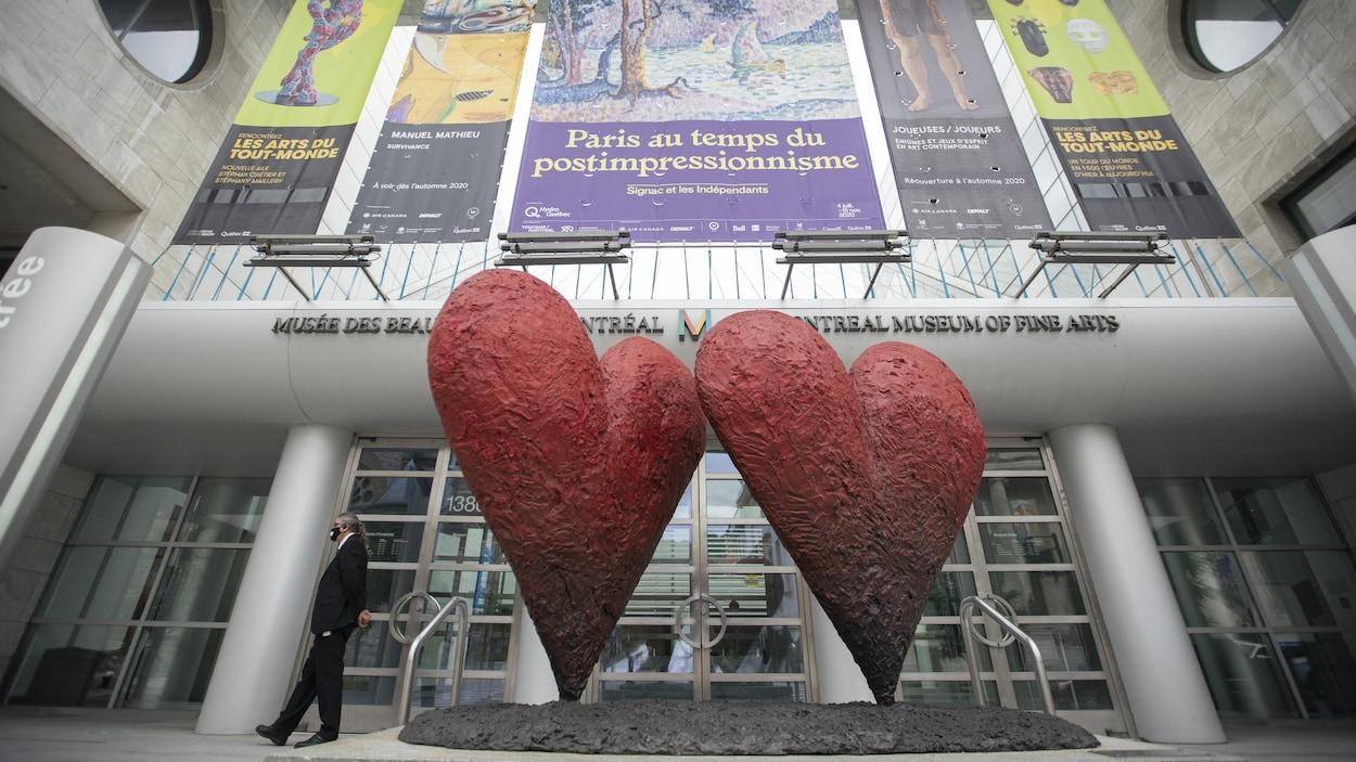 Deux grands cœurs rouges devant l'entrée du Musée des beaux-arts de Montréal.