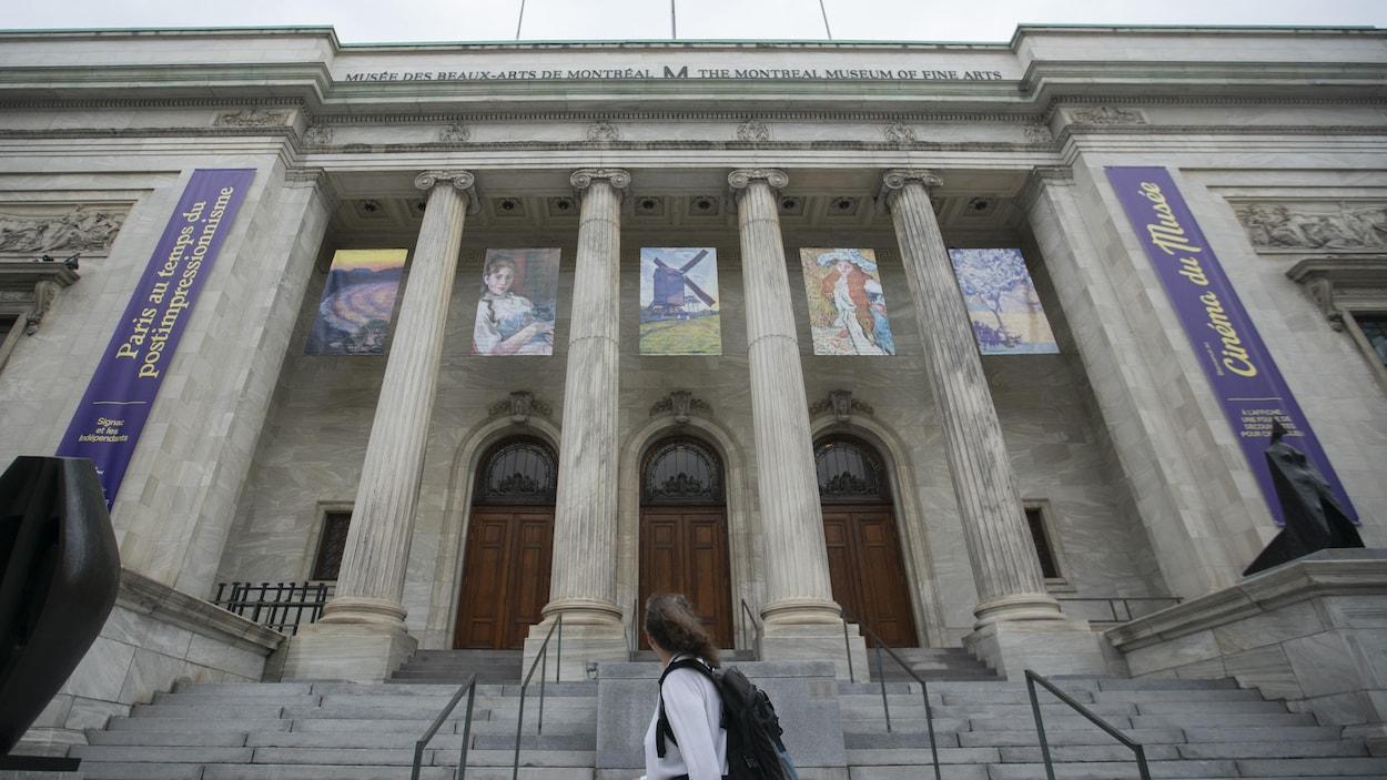 Une femme passe devant le Musée des beaux-arts de Montréal.