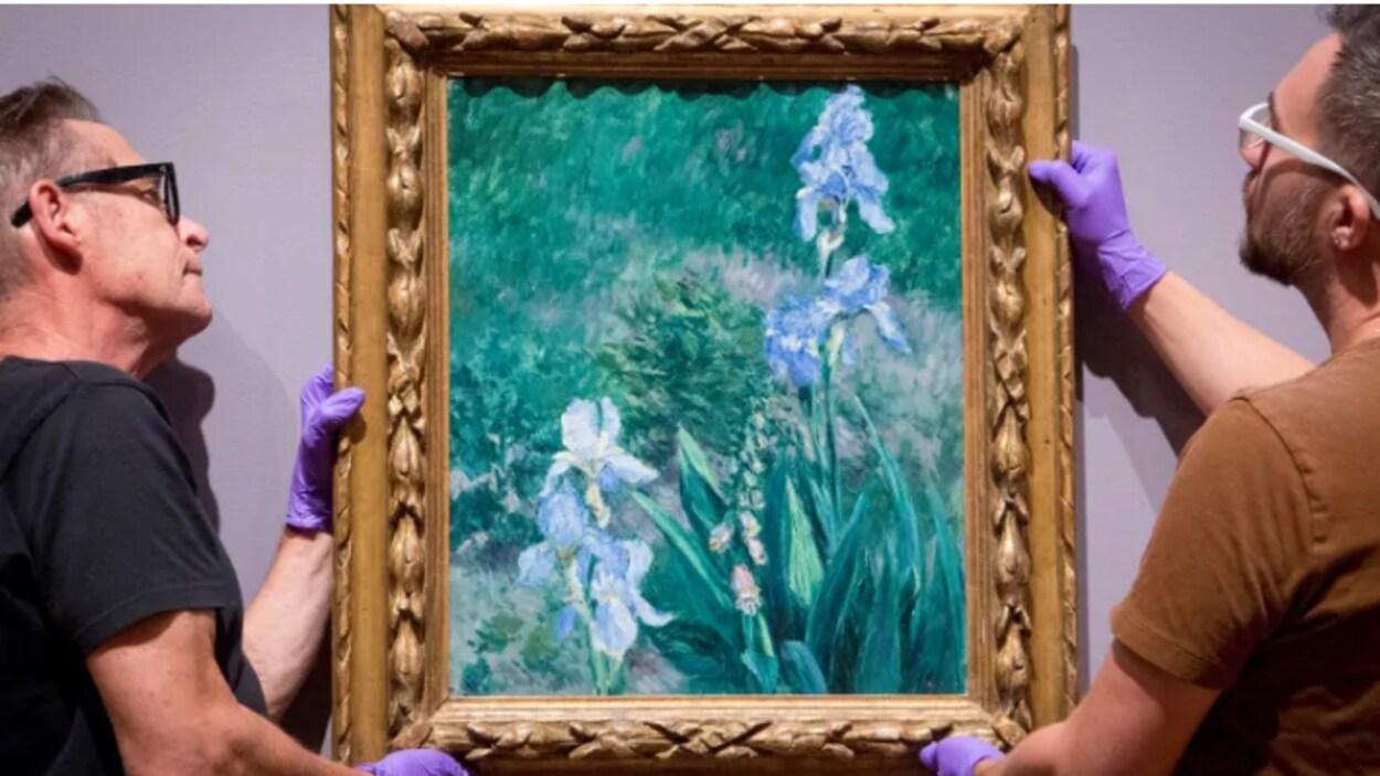 Deux hommes manipulent le chef-d'œuvre de Gustave Caillebotte de 1892.