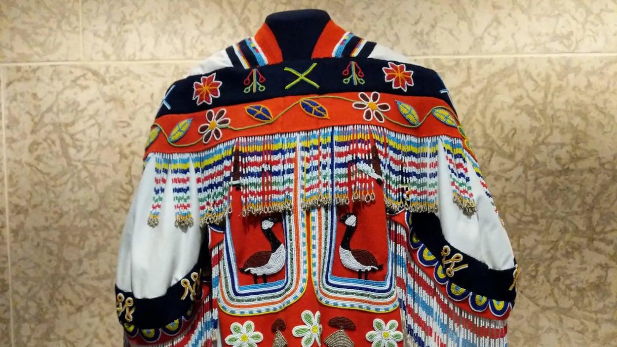 Une veste inuit faite à base de perlage
