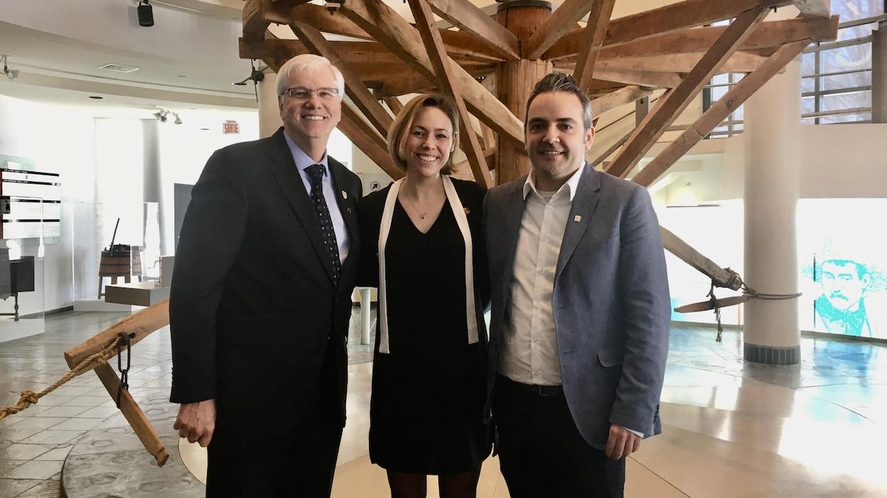 Le recteur de l'UQTR Daniel McMahon, la directrice générale du Musée POP Valérie Thérrien et le directeur général adjoint de la Commission scolaire du Chemin-du-Roy Laurent Cabana.