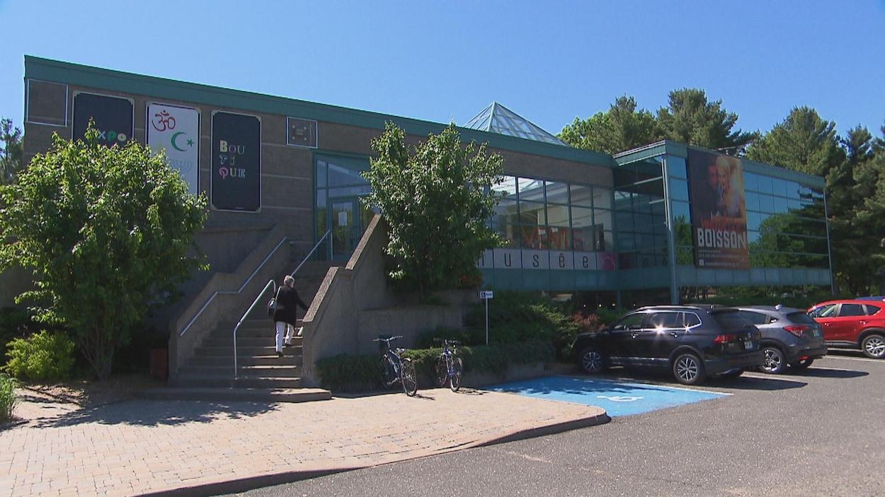 Bâtisse extérieure du musée en été.