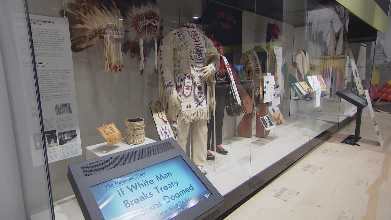 Des habits autochtones dans la vitrine du musée.