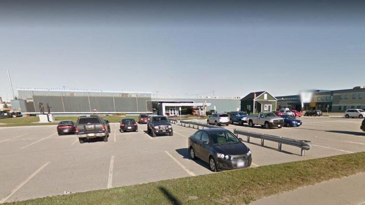 Un édifice vu du stationnement.