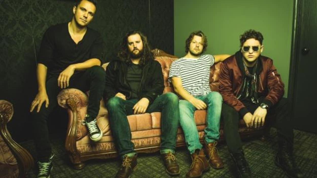 Les membres du groupe The Pistolwhips assis sur un divan.