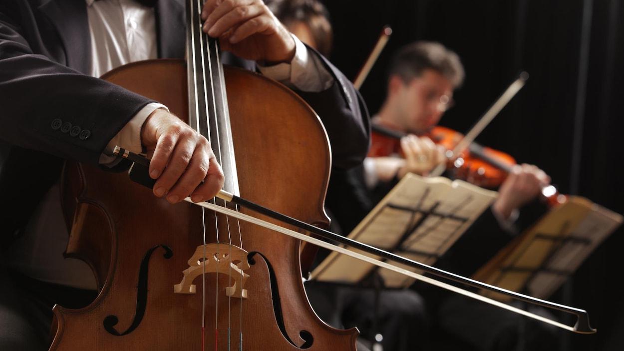 Des hommes jouent des instruments de musique à cordes.