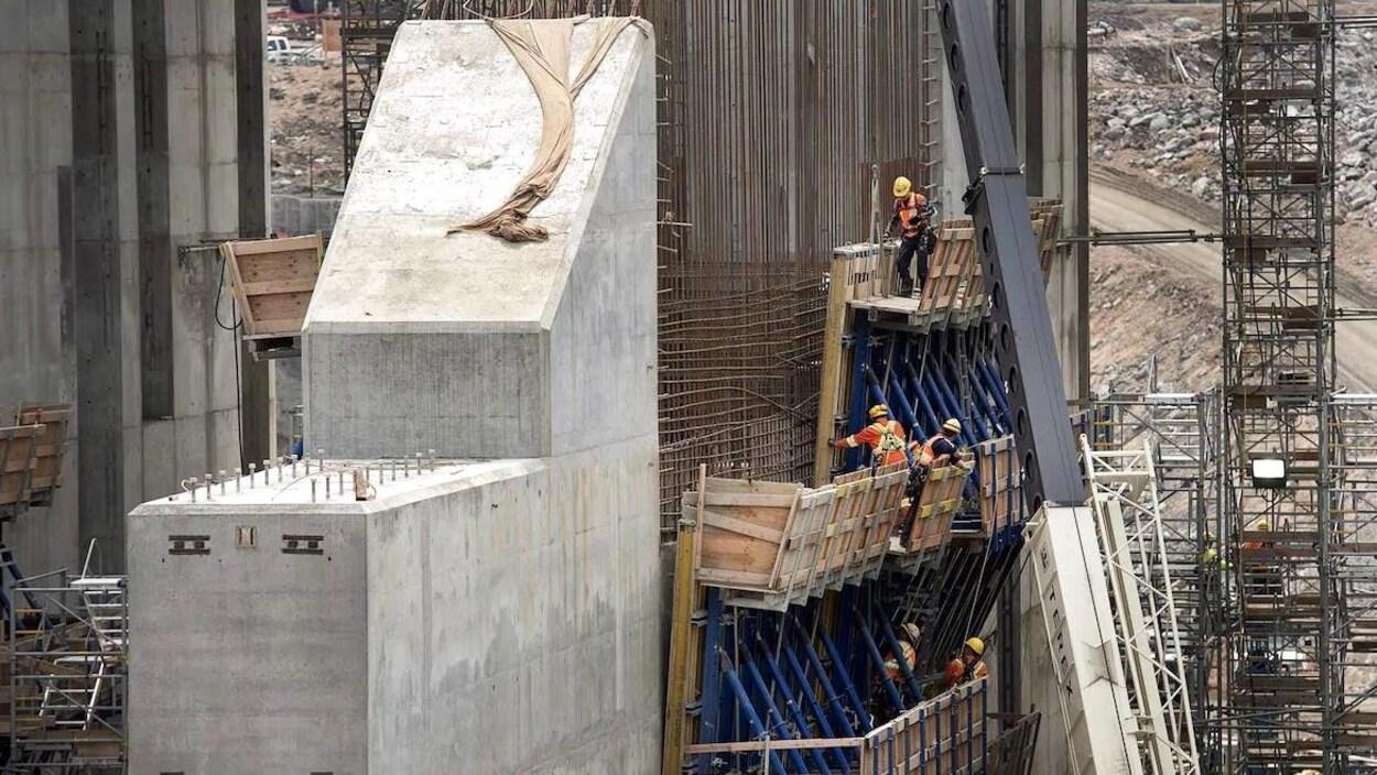 Des travailleurs sur le chantier de construction de l'installation hydroélectrique de Muskrat Falls, à Terre-Neuve-et-Labrador.