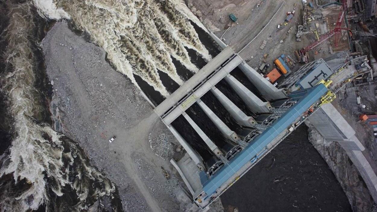 Les vannes d'évacuation du projet hydroélectrique Muskrat Falls.