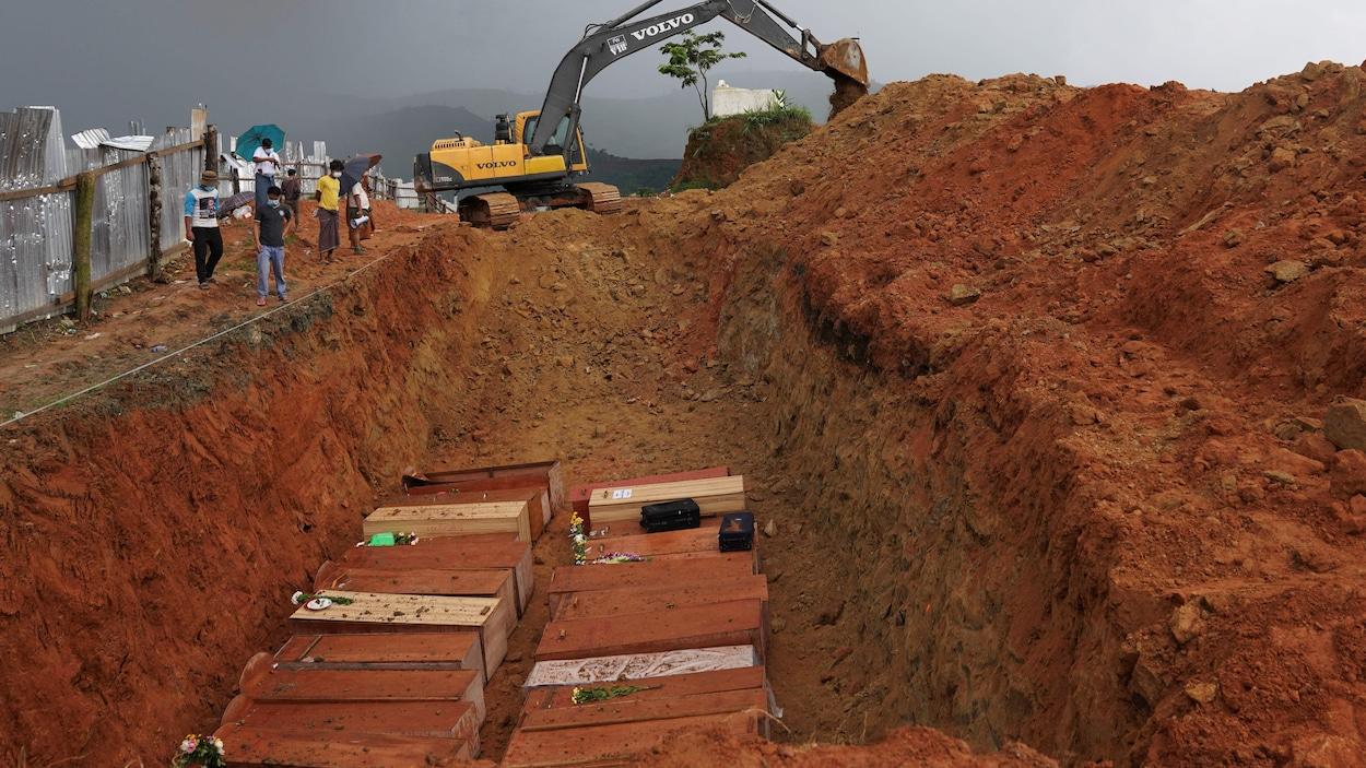 Plusieurs cercueils dans une fosse commune au Myanmar.