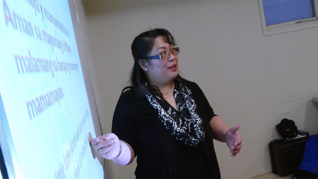 Une femme enseigne un cours de tagalog.