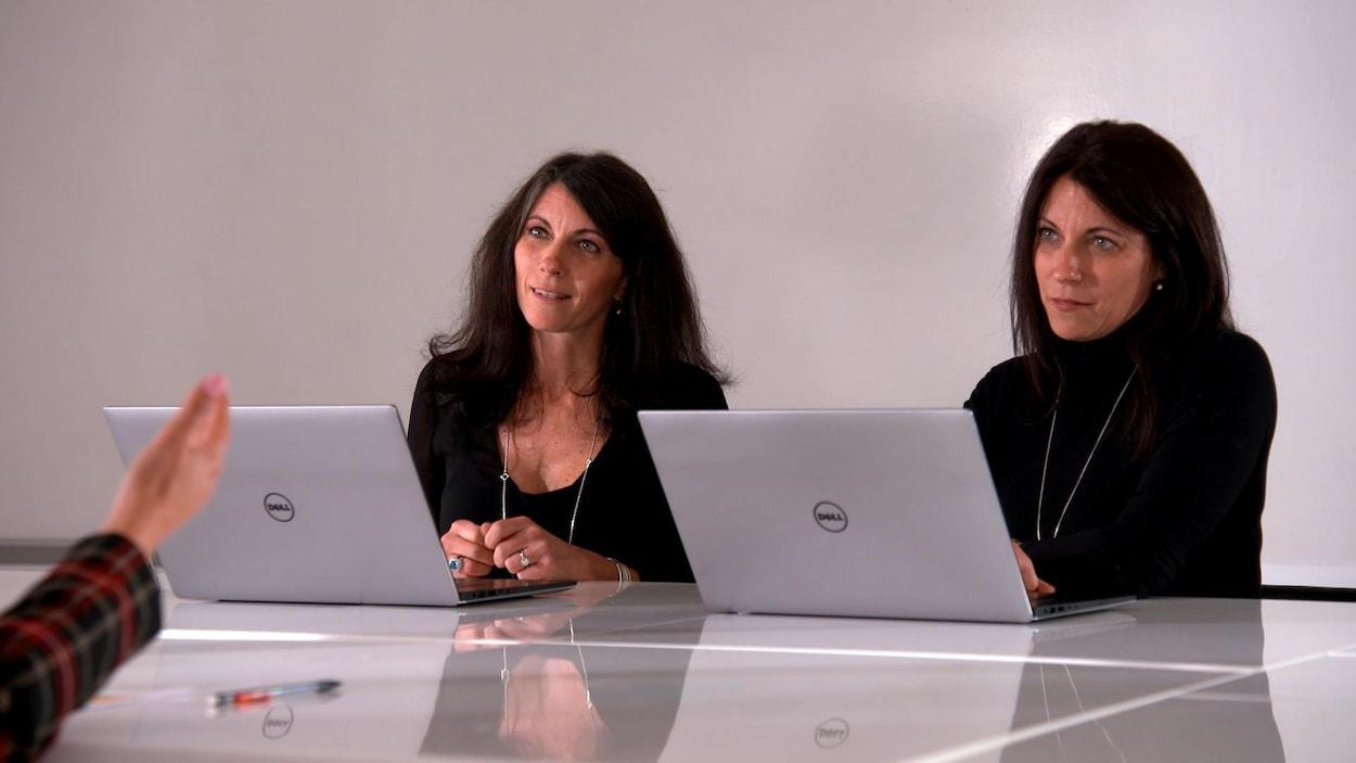 Les sœurs jumelles prennent connaissance des résultats.