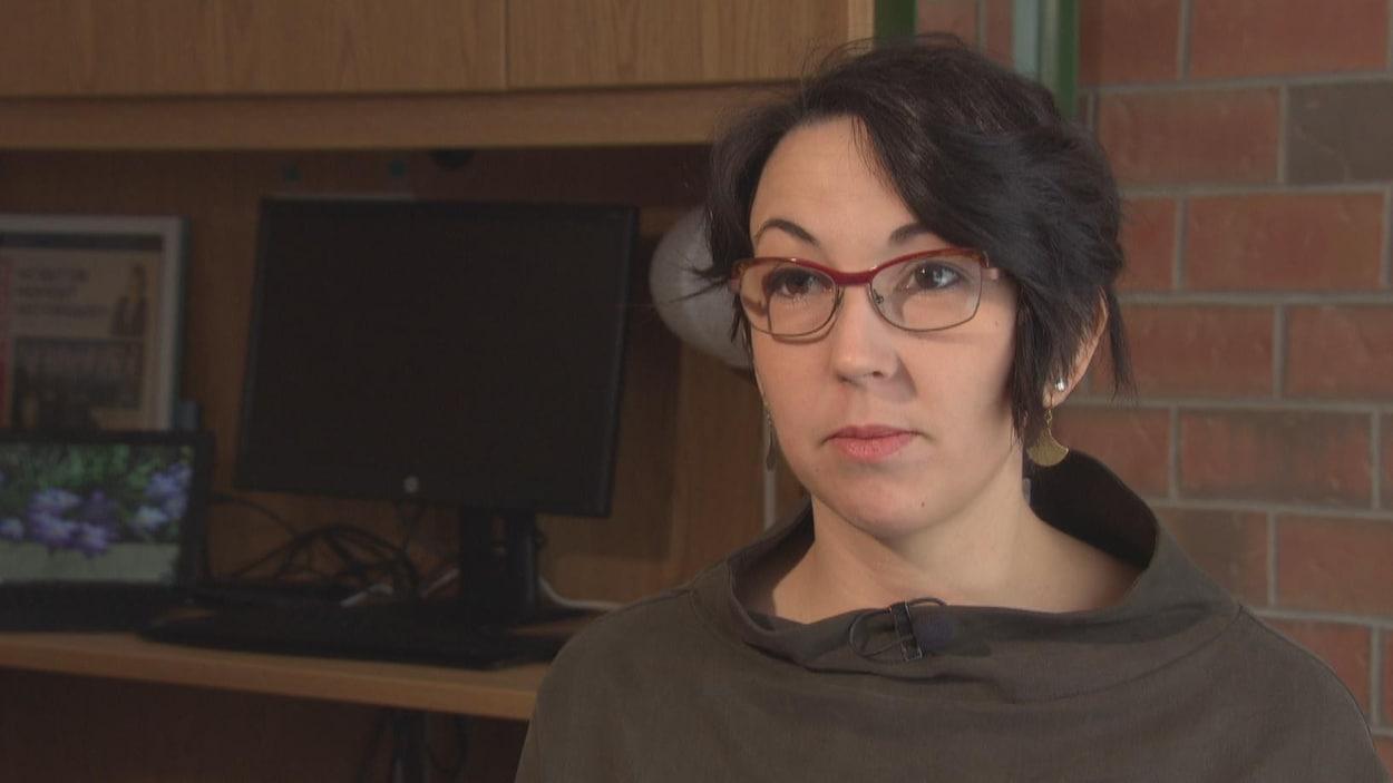 Une femme en entrevue avec Radio-Canada.