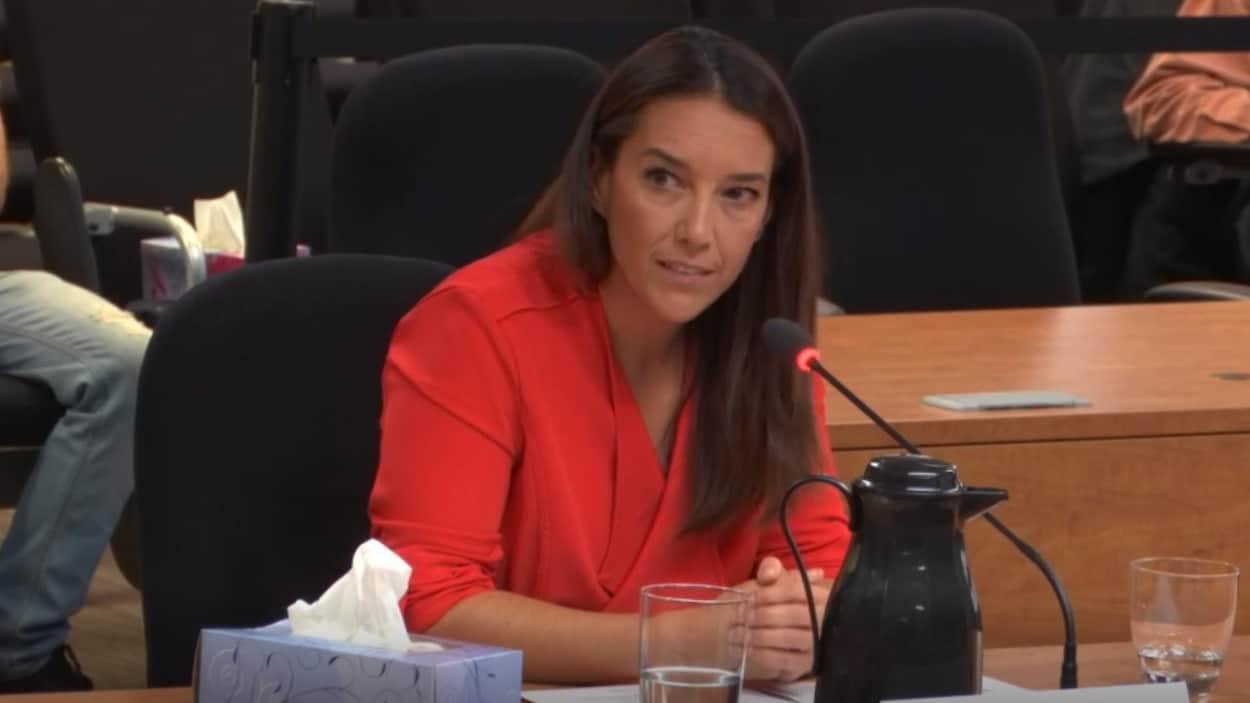 Nancy Audet témoigne au micro lors d'une commission d'enquête.
