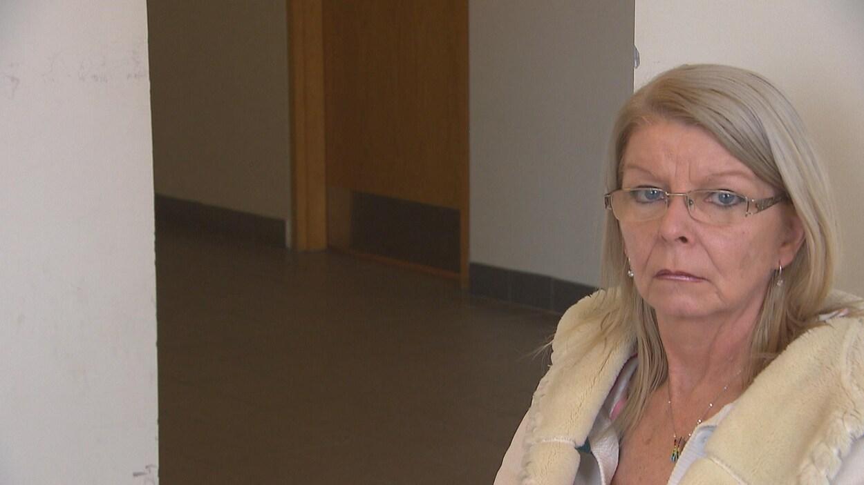 Nancy Gauthier est assise au palais de justice de Chicoutimi et regarde la caméra.