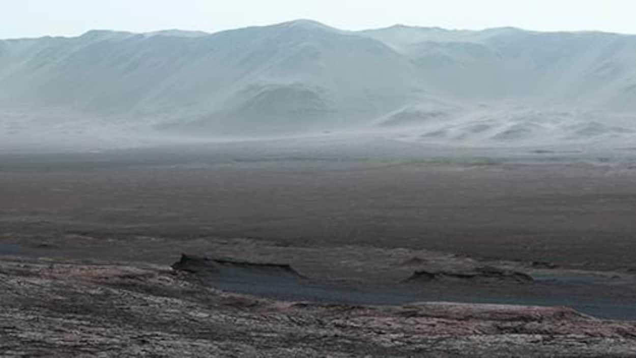 La majeure partie de l'horizon visible montre la bordure du cratère, située à environ 2 kilomètres au-dessus du robot.