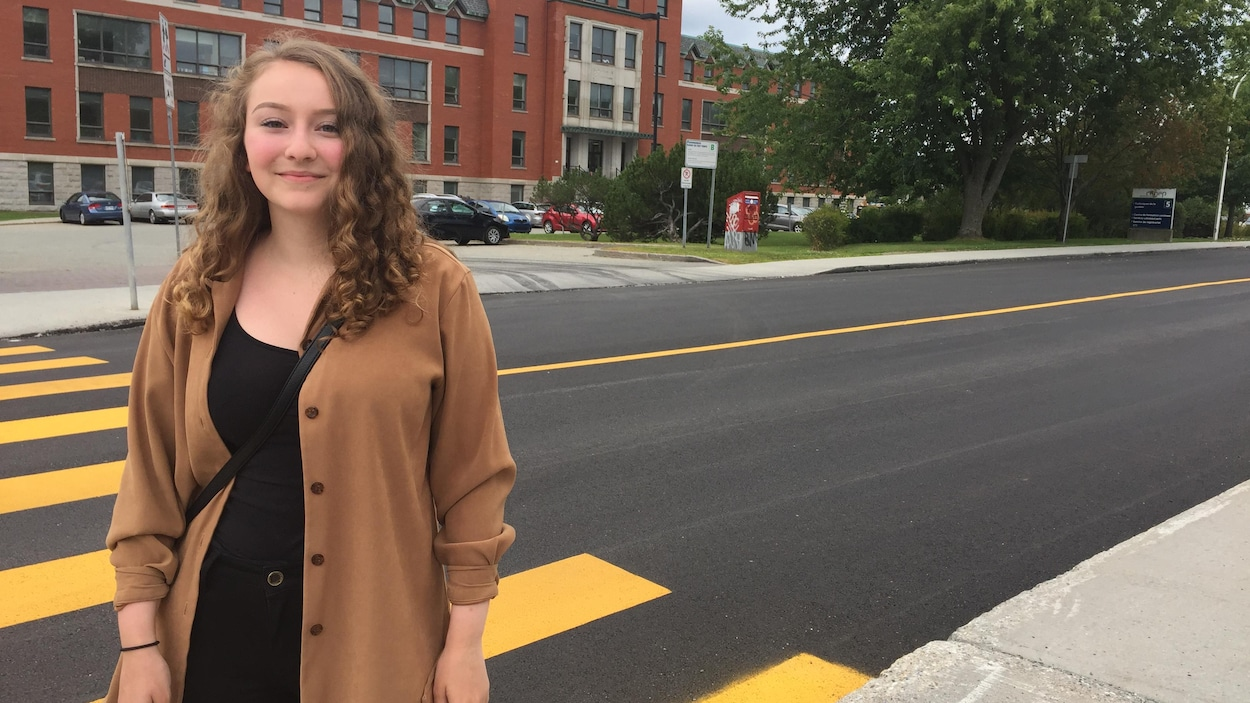 Natacha Audet-Morissette, 18 ans, devant le Cégep de Sherbrooke, où elle est étudie. Elle marche pour aller à l'école et prend souvent l'autobus pour se déplacer à travers la ville.