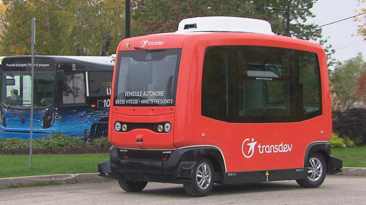 Une navette électrique roule sans chauffeur au Marché de la gare, à Sherbrooke.