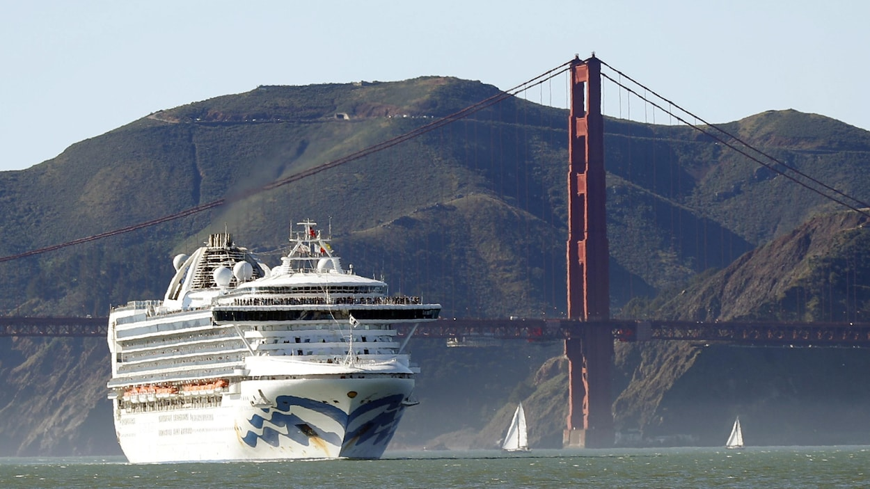 Le navire Grand Princess devant le pont Golden Gate, dans la région de San Francisco, en Californie.