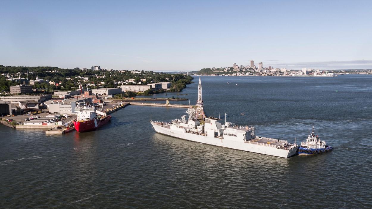 Le NCSM St. John's arrive au quai de la Davie