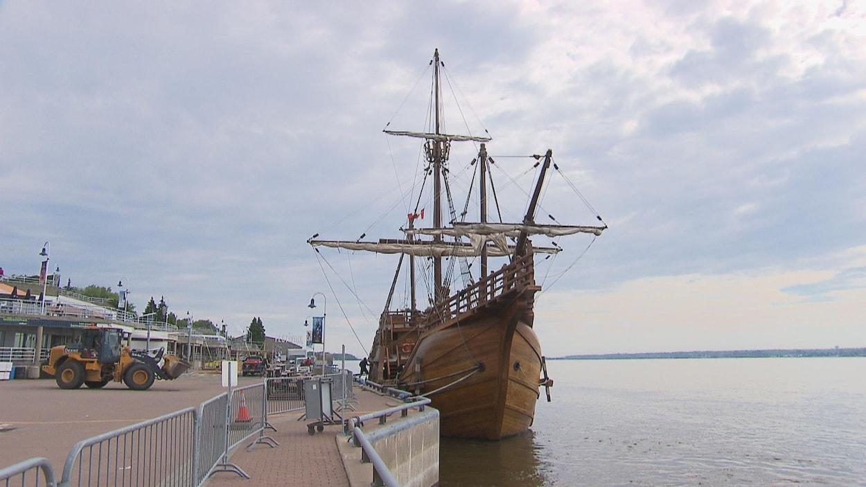 Un navire amarré au quai de Trois-Rivières