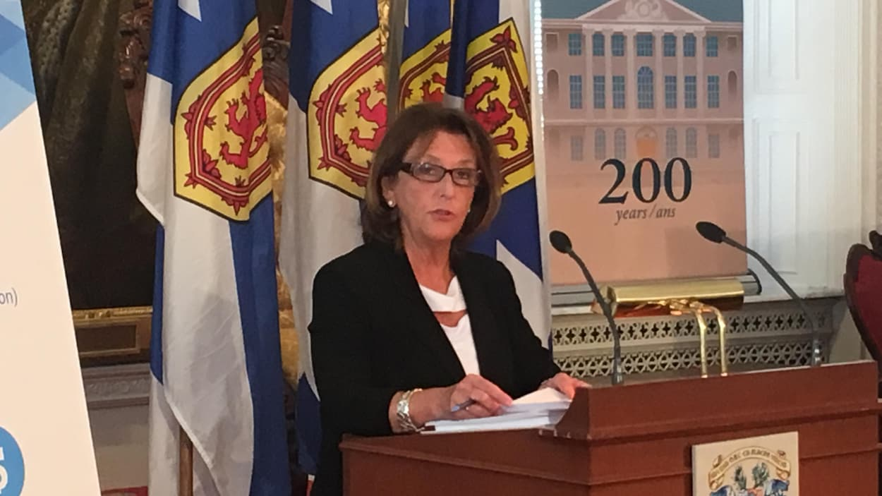 Karen Casey répond aux question des journalistes quelques minutes avant de présenter son budget.