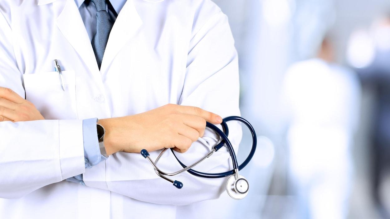 Un médecin tenant un stéthoscope.