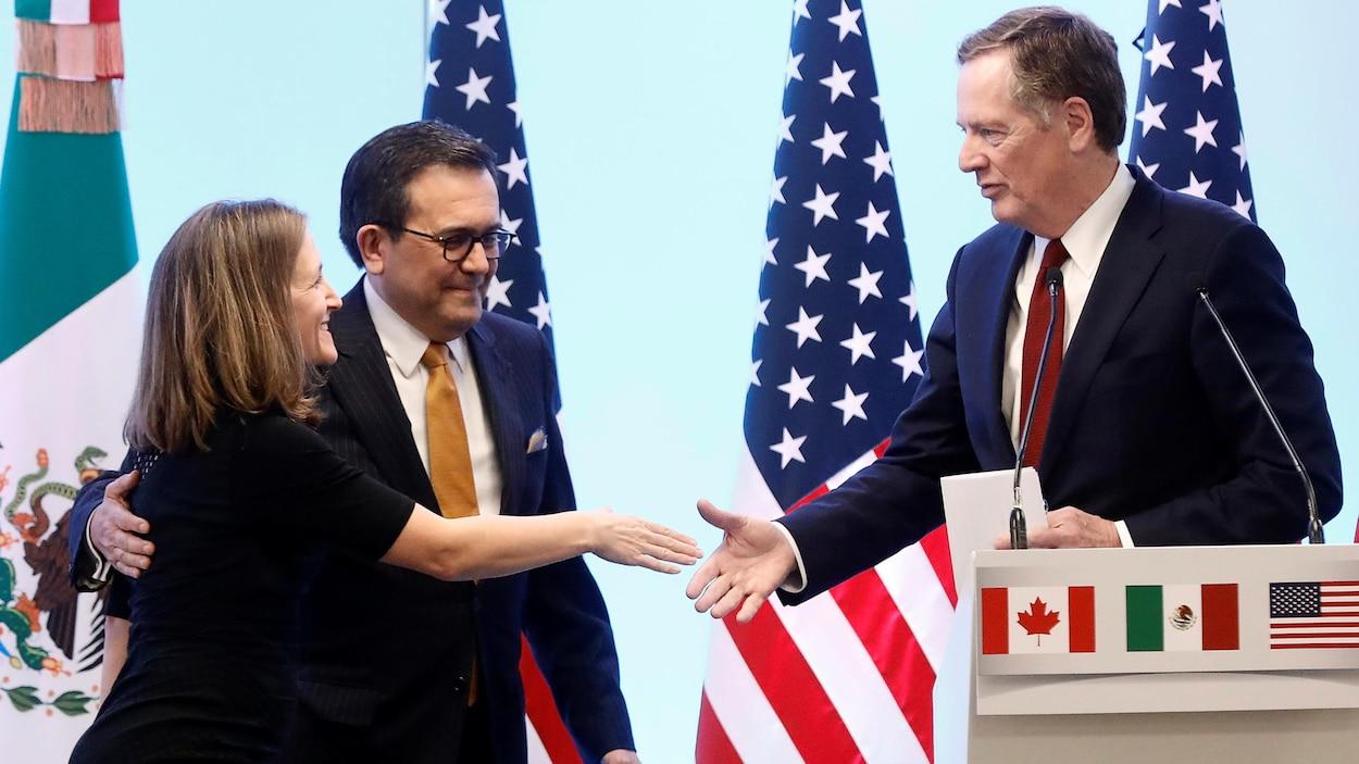 La ministre canadienne des Affaires étrangères, Chrystia Freeland, serre la main du représentant américain au Commerce, Robert Lighthizer, en compagnie du ministre de l'Économie mexicain, Ildefonso Guajardo.