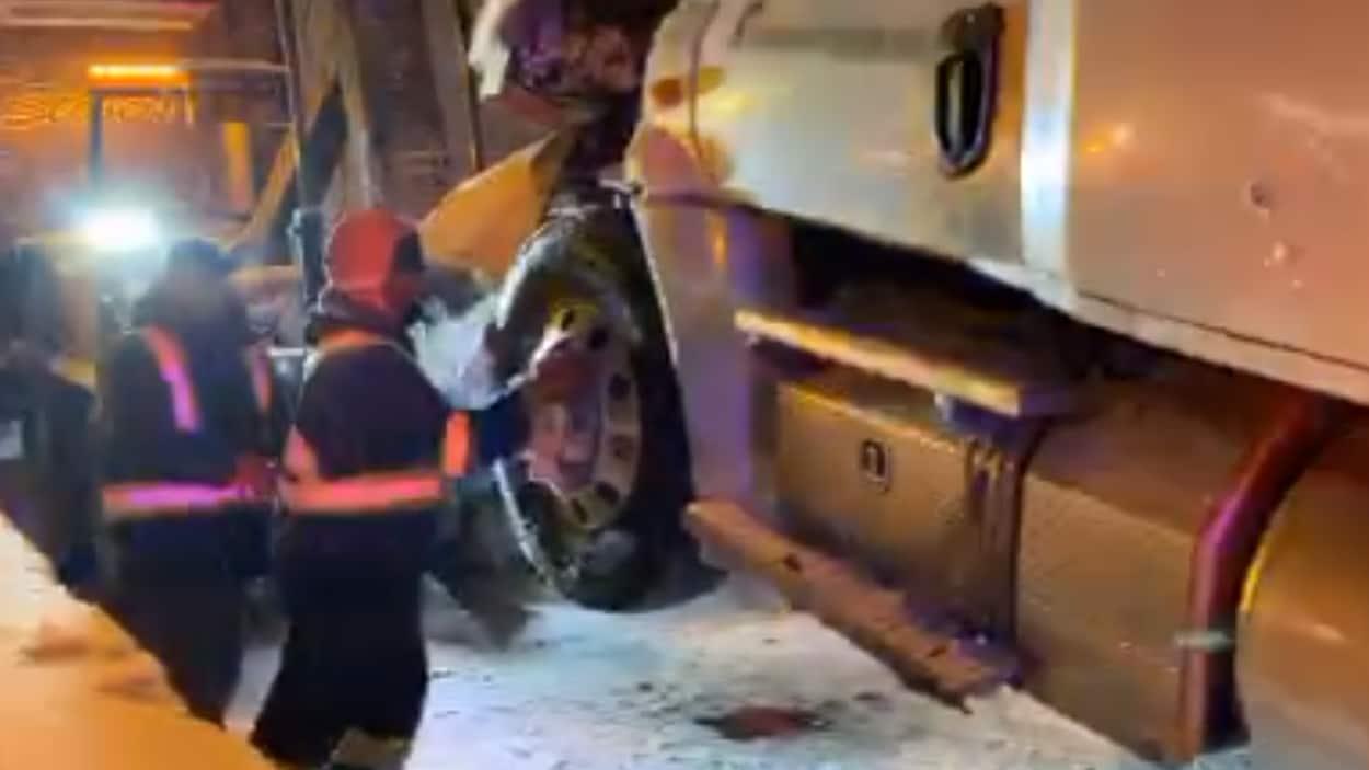 Un camion est accroché à une dépanneuse.