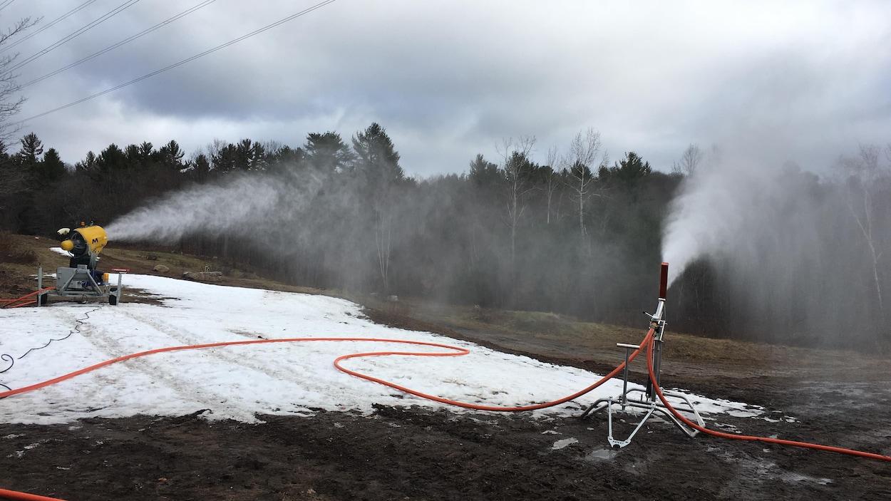 Des canons à neige artificielle en action.