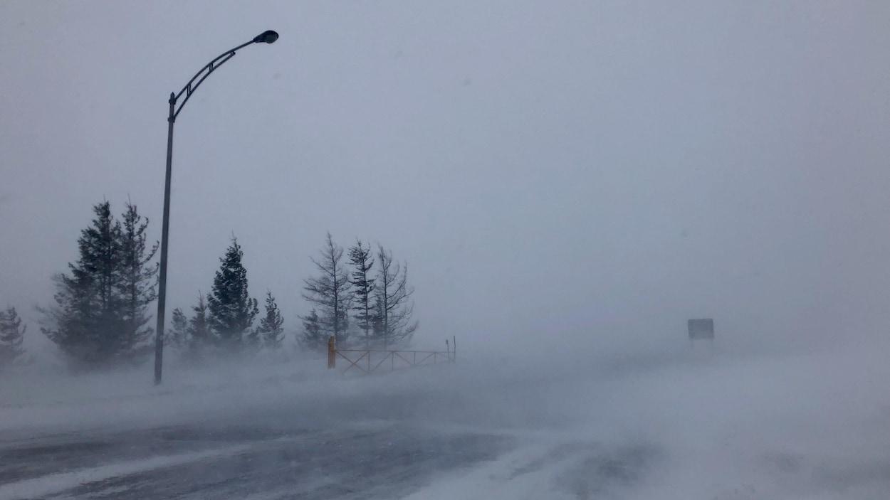 Une route balayée par le vent et la neige