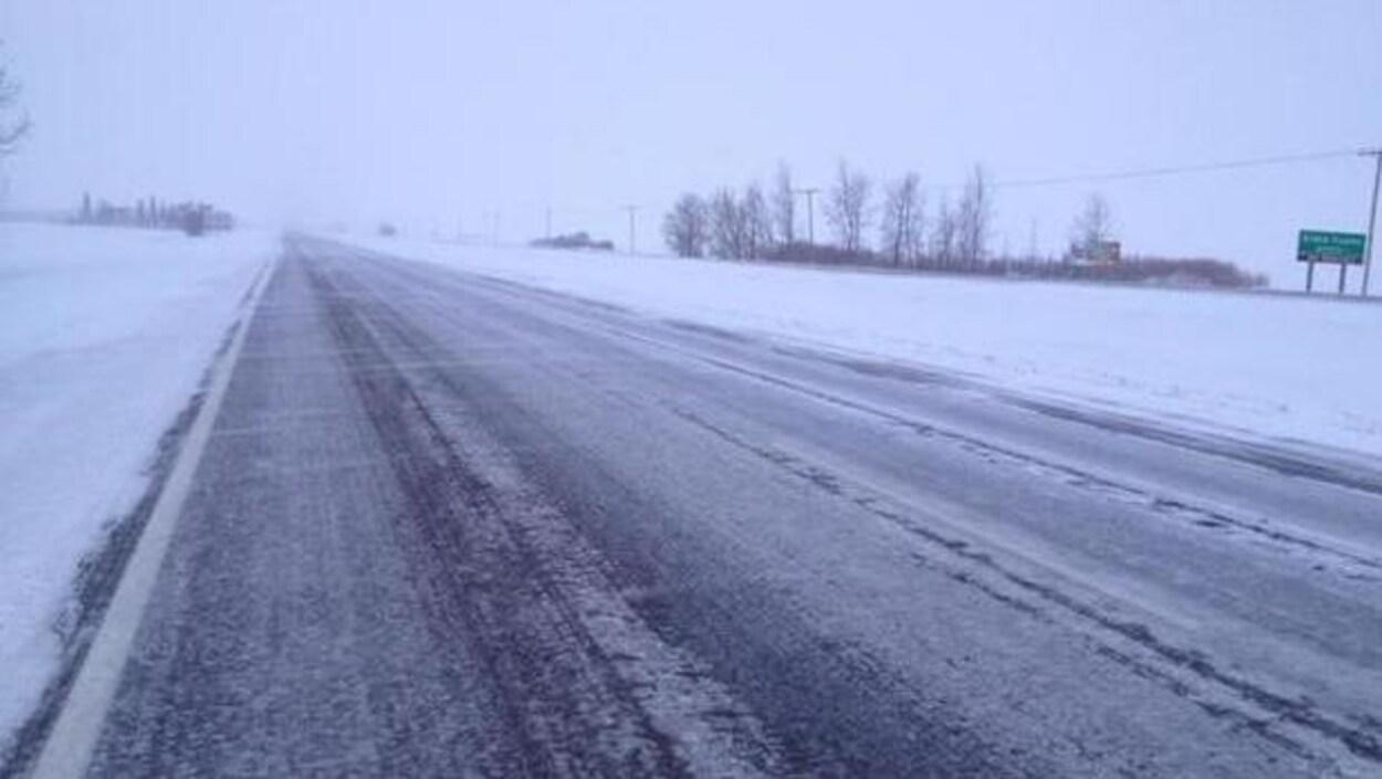 Une route enneigée.