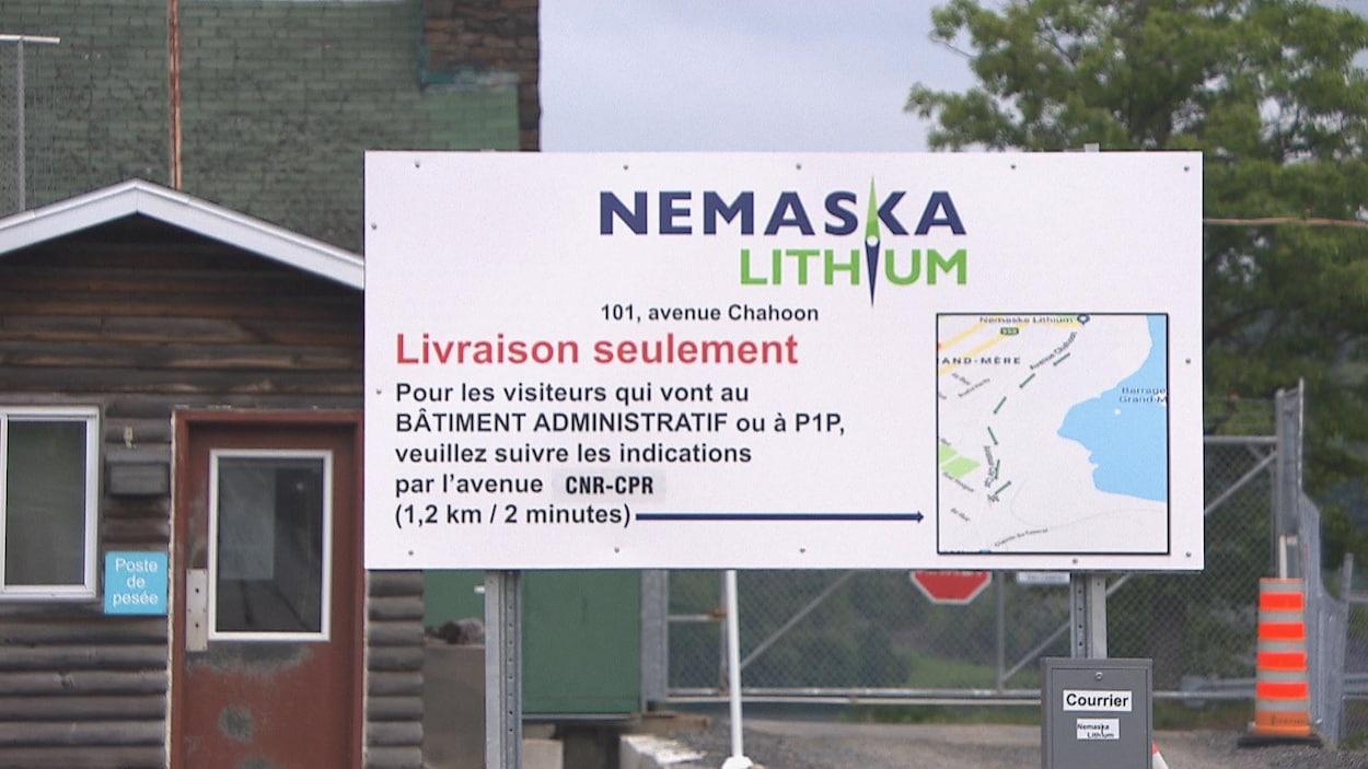 Une affiche de Nemaska Lithium.