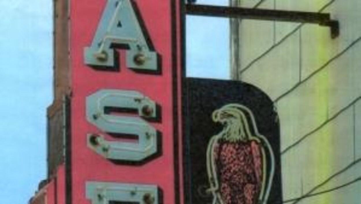 Un néon représente le mot « CASE » et un aigle assis sur un globe terrestre.
