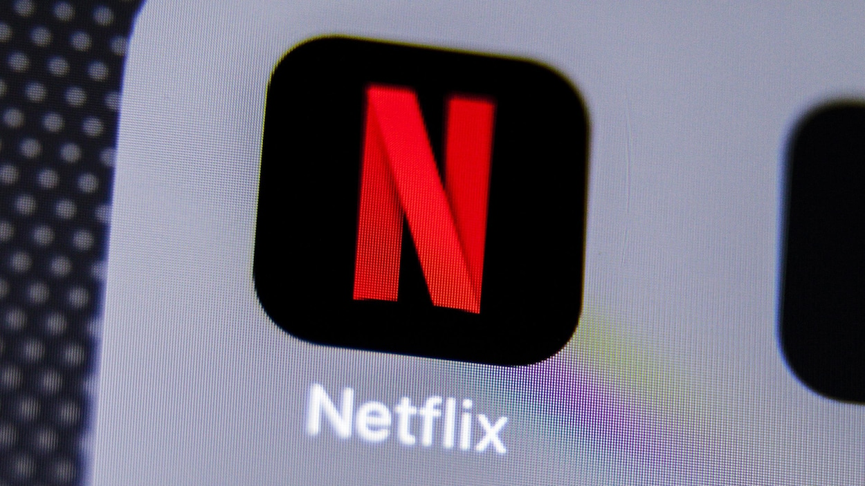 Une photo d'un écran de téléphone montrant l'icône de l'application Netflix : la lettre « N » rouge sur fond noir.