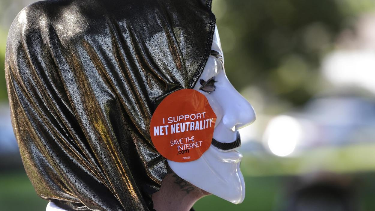 Un manifestant pro-neutralité du web.