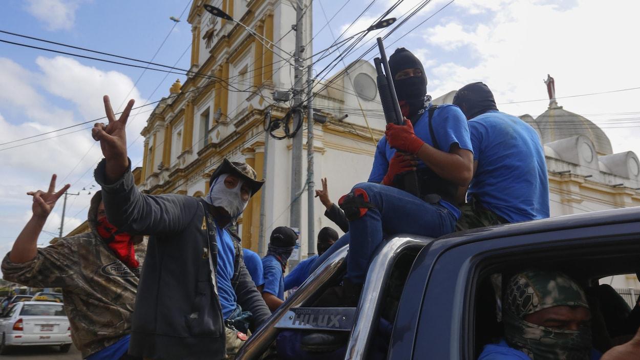 Des paramilitaires paradent à Masaya, une ville hostile au président Daniel Ortega.