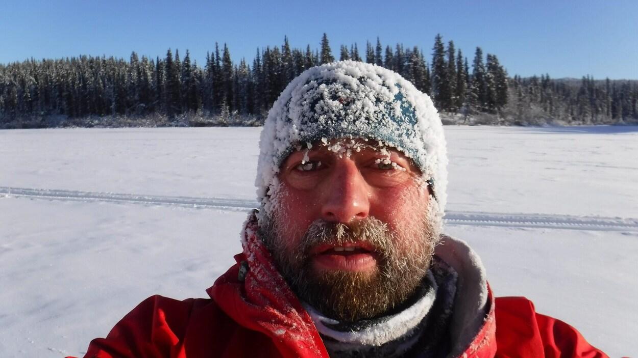 Un homme avec de la neige sur son visage.
