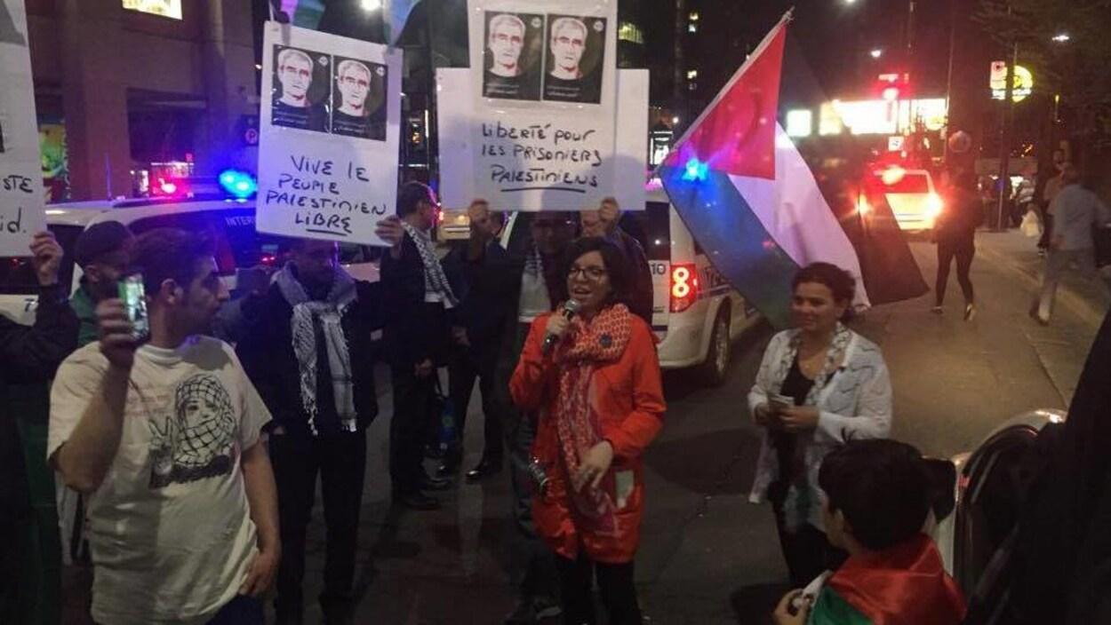 La députée néo-démocrate Niki Ashton (au centre) prend la parole lors d'une manifestation propalestinienne à Montréal.