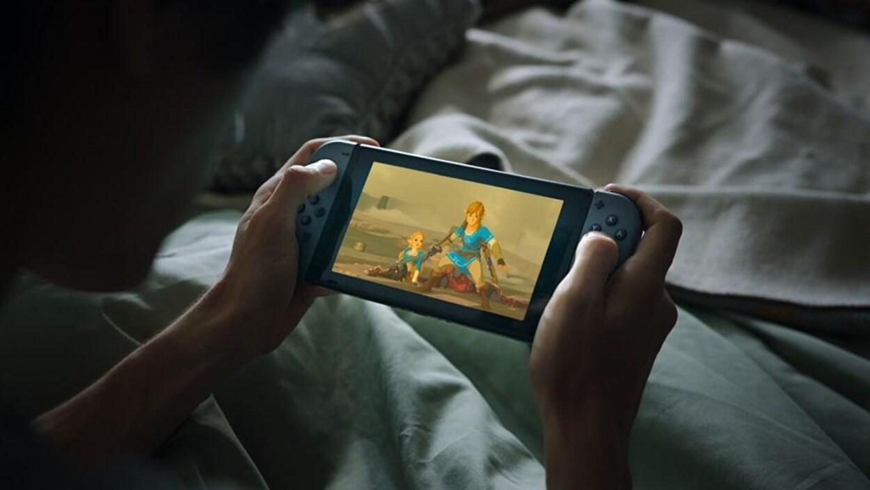 La Nintendo Switch est une console de salon portable. Il est donc possible d'y jouer dans son lit.