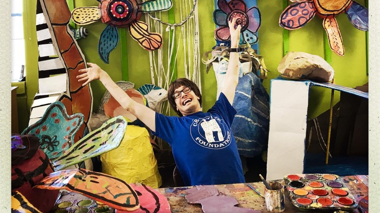 L'artiste Noah Hogan dans l'atelier de Passion Works
