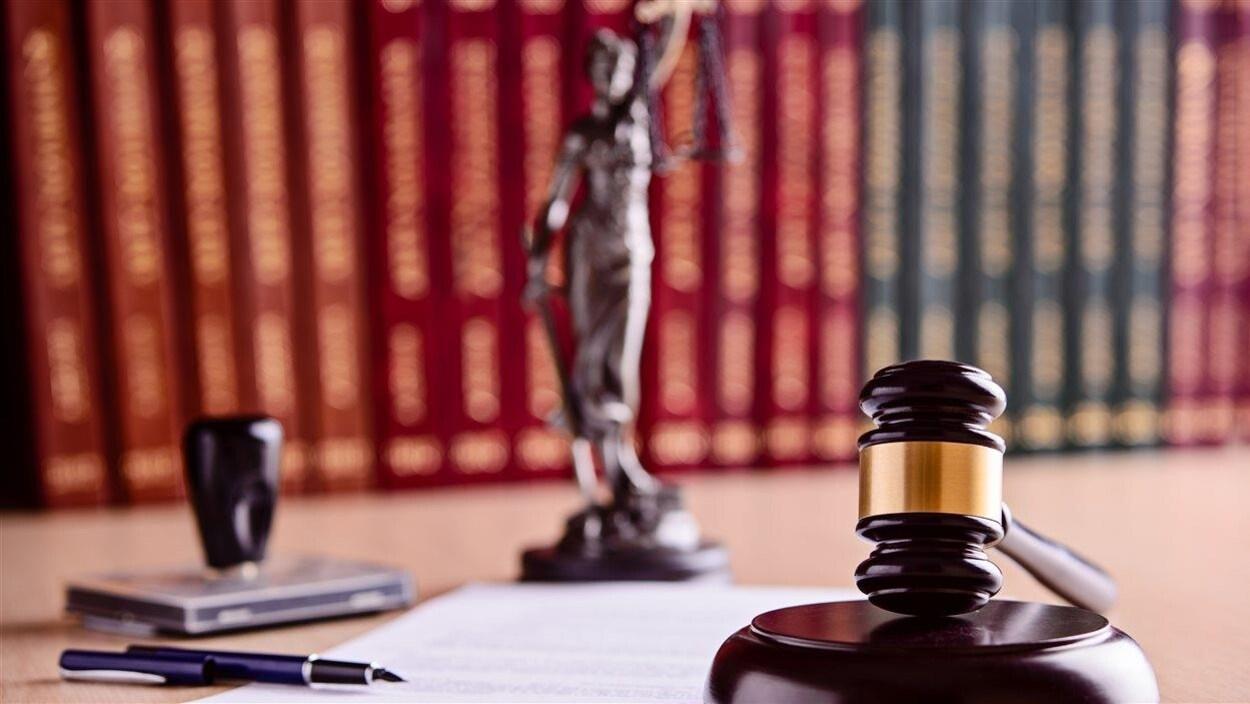 Un marteau de la cour devant des documents et des livres juridiques