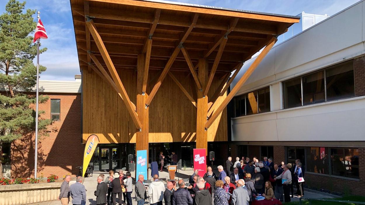 La nouvelle entrée, toute en bois, du Pavillon Ronald-Landry du Cégep de Rivière-du-Loup.