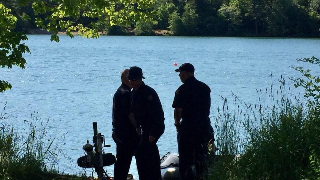 Membres de la GRC sur la berge du lac Chocolat.
