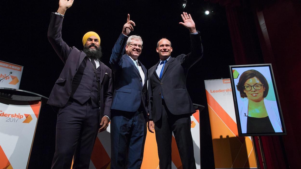 Les quatre candidats à la chefferie du NPD à Vancouver, dont Niki Ashton diffusée sur un écran de télévision depuis Ottawa.