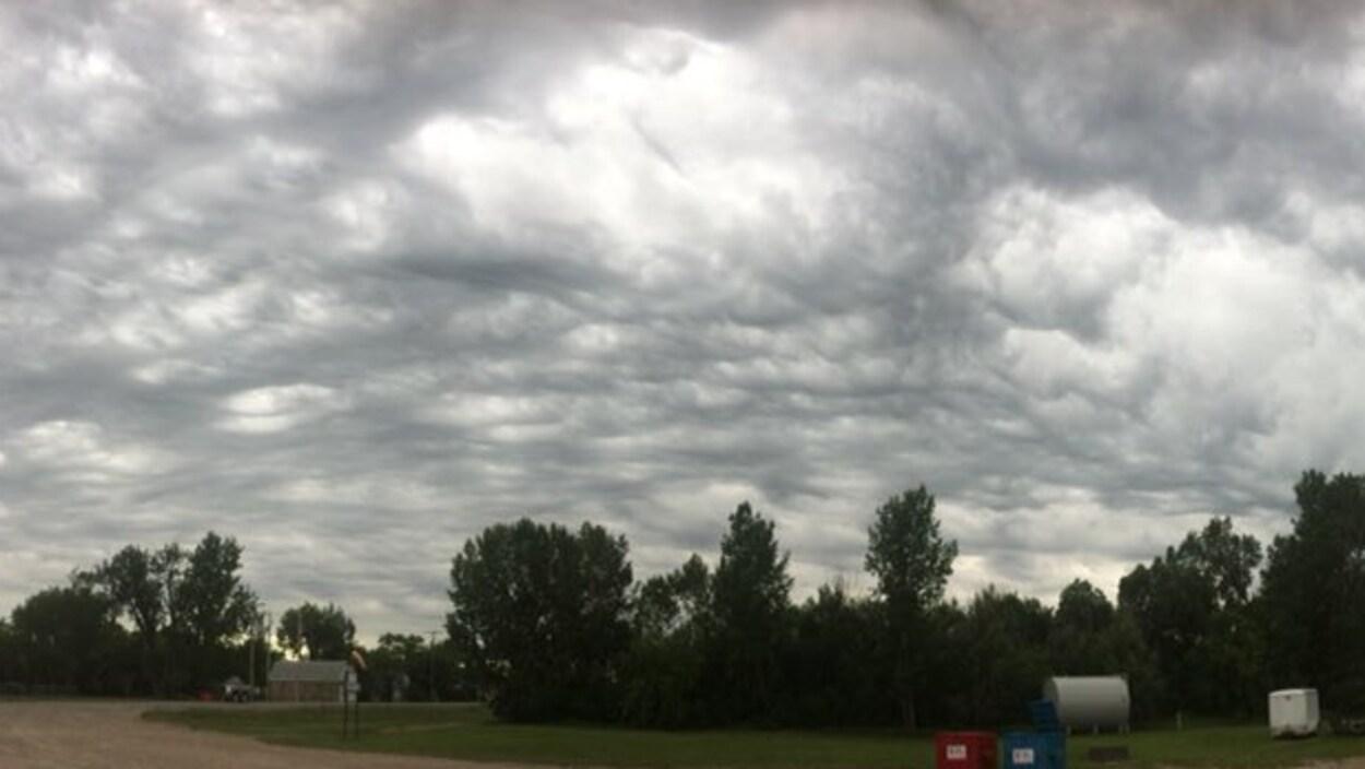 Le ciel est gris avec de gros nuages qui laissent croire à la venue d'un orage.