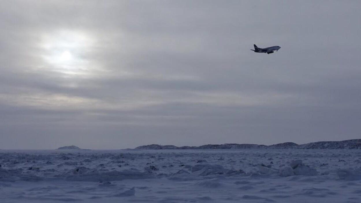 Un avion prend son envol.