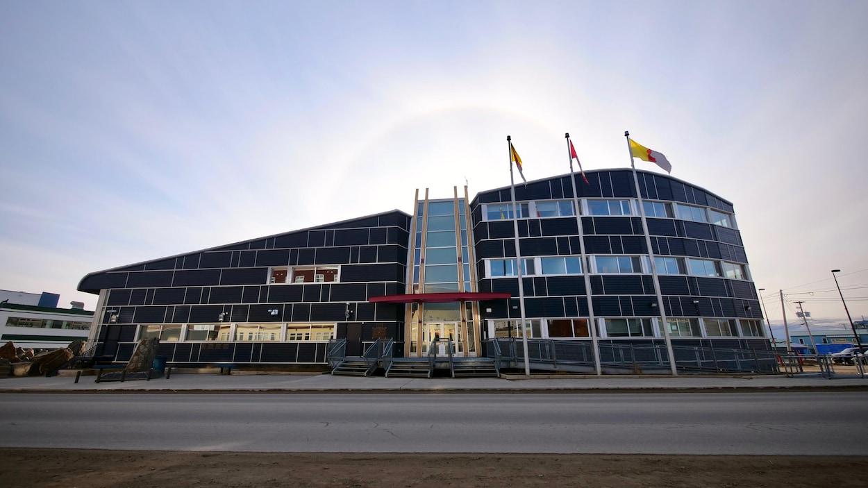 La façade extérieure de l'Assemblée législative.