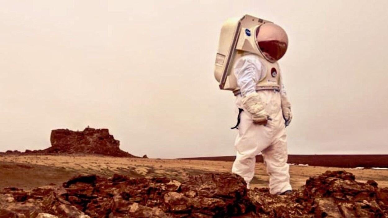 Un scientifique vêtu d'une combinaison spatiale.